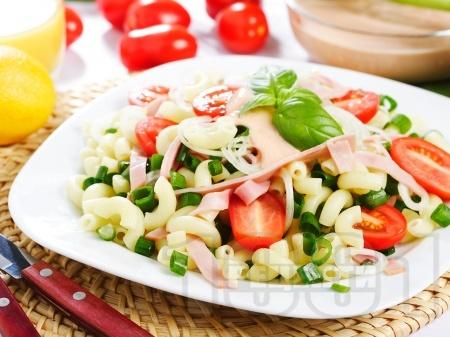 Лесна салата с паста, шунка, чери домати, пресен лук и сос от майонеза и горчица - снимка на рецептата